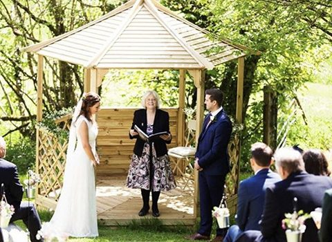 Ceremony-at-the-barn-barons-hill